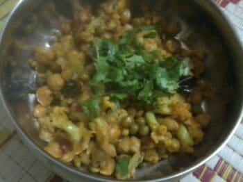 Cauliflower With Kabuli Chana &Amp; Green Vatana (Peas) - Plattershare - Recipes, Food Stories And Food Enthusiasts
