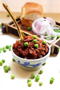 Kheema Pav/ Parsi Style Minced Meat With Peas - Plattershare - Recipes, Food Stories And Food Enthusiasts