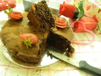 Rustic Strawberry &Amp; Chocolate Yogurt Sponge Cake - Plattershare - Recipes, Food Stories And Food Enthusiasts