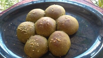 Spinach Buns Eggless - Plattershare - Recipes, Food Stories And Food Enthusiasts