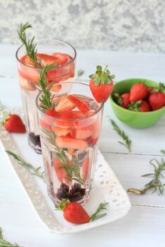 Cleansing Drinking Water With Strawberry Blueberry And Rosemary - Plattershare - Recipes, Food Stories And Food Enthusiasts