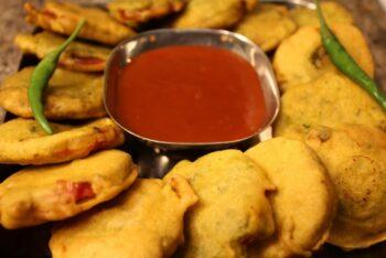 Tomato Pakoda | Tomato Bhajiya - Plattershare - Recipes, Food Stories And Food Enthusiasts