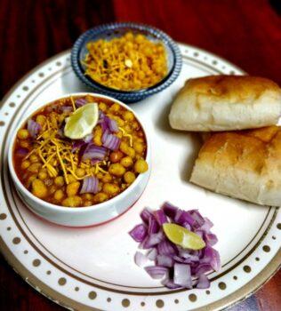 Kolhapuri Misal Pav - Plattershare - Recipes, Food Stories And Food Enthusiasts