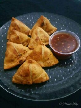 Aloo Samosa With Sweet Chilly Sauce - Plattershare - Recipes, Food Stories And Food Enthusiasts